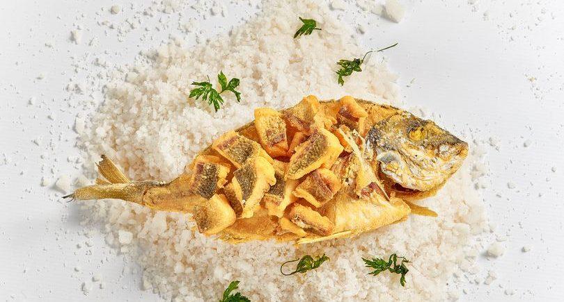 Dorada de Estero con su Espina frita a la Gaditana en El Faro de Cádiz