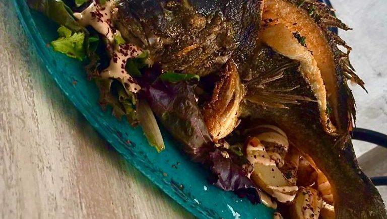 Dorada de estero frita entera con escabeche de manteca colorá de 4 Estaciones de Vejer