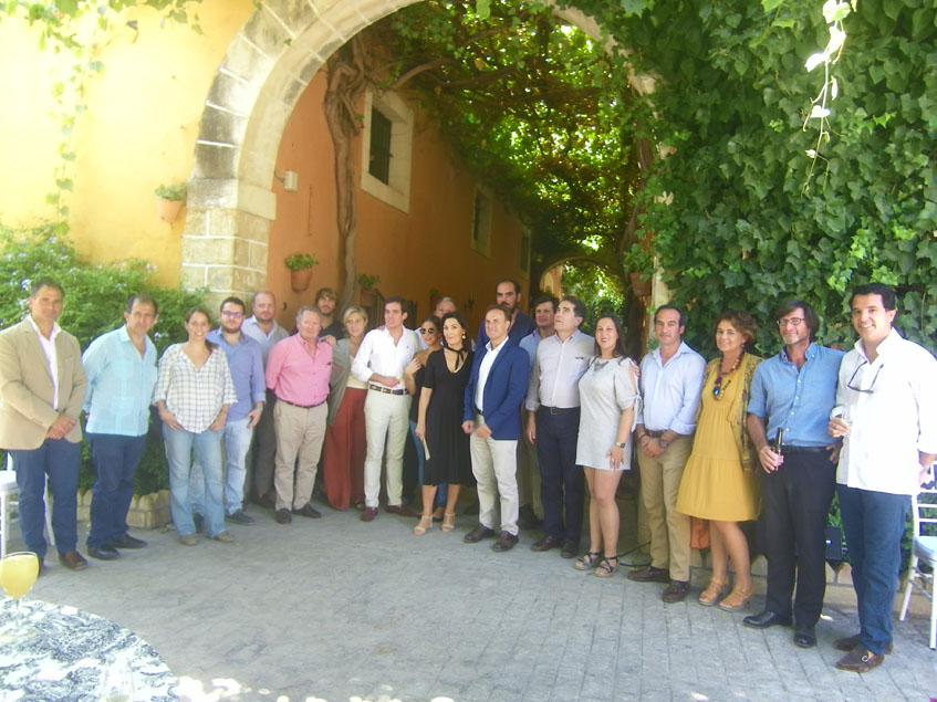 Representantes de las firmas y entidades participantes en el evento posan durante la presentación de la jornadas que tuvo lugar en las bodegas El Cortijo. Foto: Cosasdecome