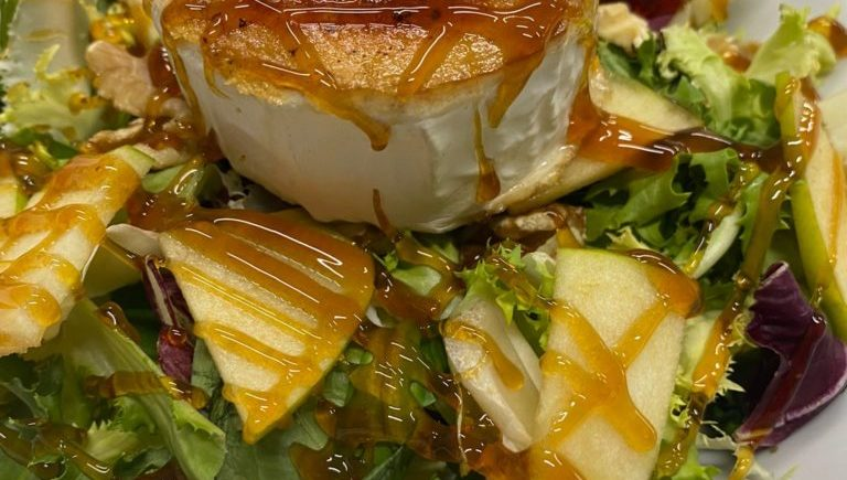 Ensalada de queso de cabra de 5 Océanos de Zahara de los Atunes