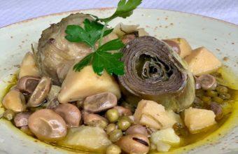 Alcachofas con guisantes, habas y jamón ibérico