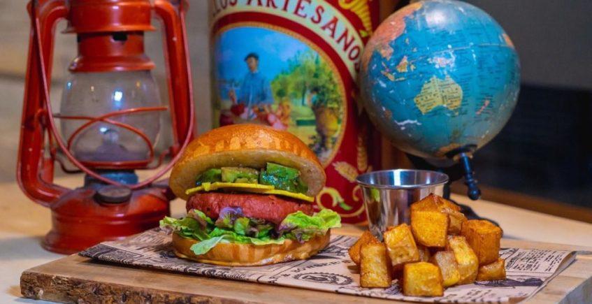 Hamburguesa de carne 100% vegana, cheddar de almendras, coco, curry y chicharrón de aguacate en Arrebol de Cádiz