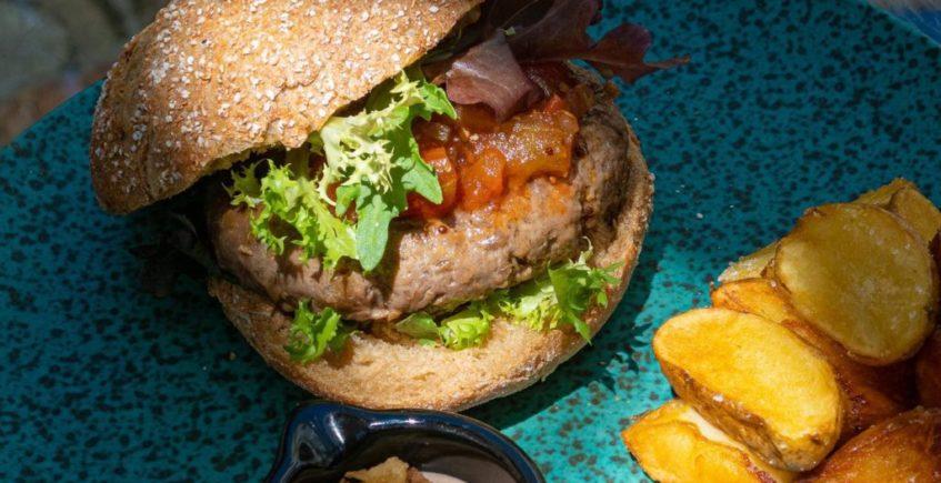 Hamburguesa el espejo de ternera retinta con patatas y mayonesa picante de El Espejo de Sanlúcar