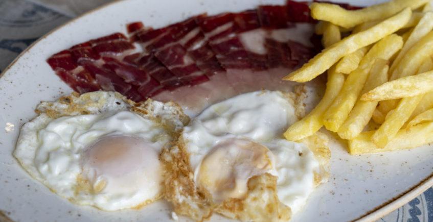 Huevos fritos con jamón en la Venta Pinto de Vejer