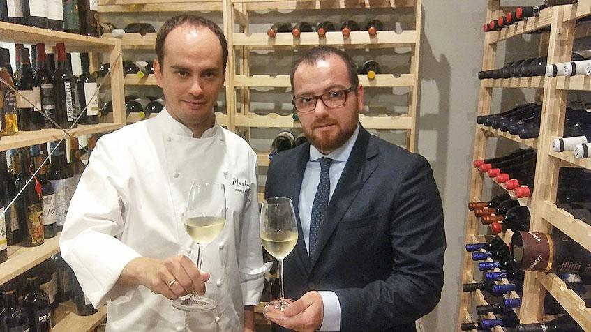 Israel Ramos y Jonatán Cantero en la bodega del nuevo restaurante. Foto: Cosasdecome