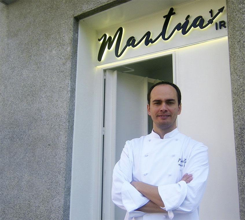 El cocinero Israel Ramos a la entrada de su establecimiento. Foto: Cosasdecome