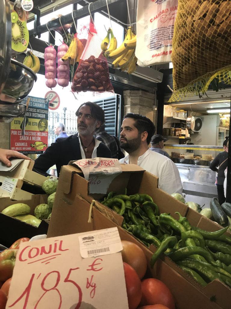 El cocinero Juan Luis Fernández y el interiorista Gaspar Sobrino en la plaza de abastos de Jerez. Foto: Cedida por Lu Cocina y Alma