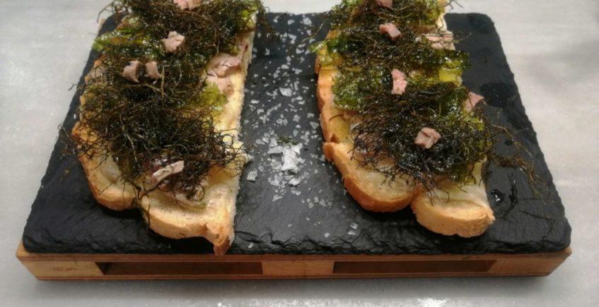 La tostá del mar, solomillo de atún en aceite con una base de queso payoyo, y algas agonori y Lechuga de mar en Mariscos Castilla de Chiclana