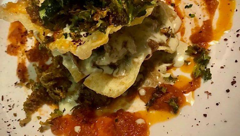 Lasaña coreana de guiso de vaca retinta madurada, bechamel de hierbas, tomate especiado y kale de 4 estaciones
