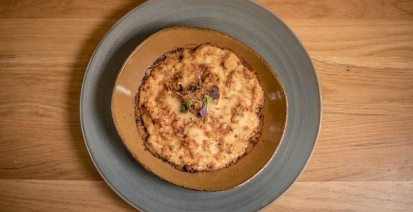 Lasaña de Gambón y Pez de Roca, col china asada estilo magrebí y bechamel con kimchi en La Barra de Rosario de Conil