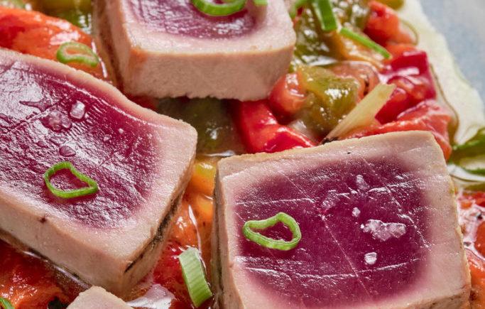 Lomo de atún rojo soasado (servido semi-crudo) y pimientos asados de la casa de El Faro de Cádiz