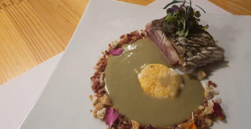 Lomos de corvina crema de alcachofas y yema de huevo frita de El Arbol Tapas de Chiclana