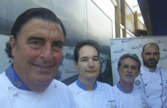 Manolo Moreno junto a algunos de los cocineros de su equipo. Foto: Cosasdecome