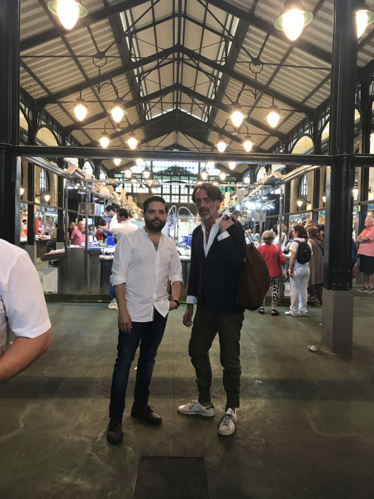 Juan Luis Fernández y Gaspar Sobrino en la entreda de la zona de las pescaderías del mercado de abastos de Jerez. Foto: Cedida por Lu Cocina y Alma