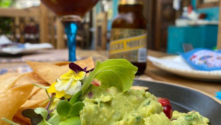 Michelada muy picante y guacamole hecho en mesa de Chile Habanero de Jerez