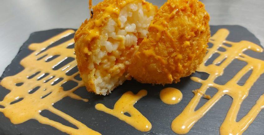 Onigiri templado. Una bola de arroz templada, rellena de salmón. De postre, tarta casera de zanahoria. En Mau Mau