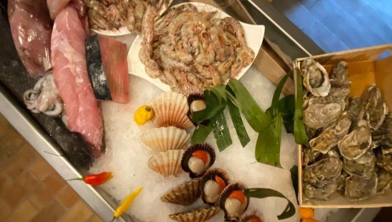 Ostiones, langostinos, zamburiñas, zarandeados de pescado… cocina de mercado con el toque mestizaje en El Chile Habanero de Jerez