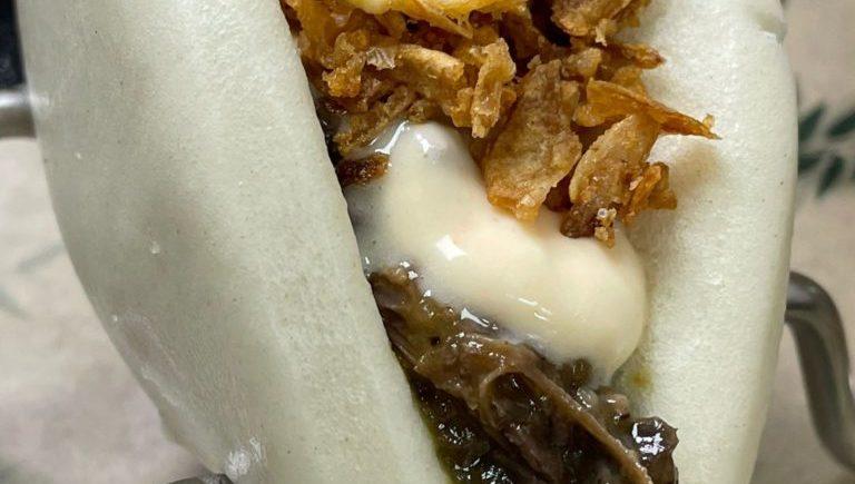 Pan bao de carrillada de vaca, crema de queso Payoyo y cebolla frita de La Duquesa de Medina