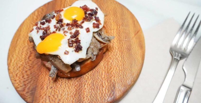 Pan con setas, huevo de codorniz y crujiente de jamón en La Bodeguilla del Bar Jamón de El Puerto