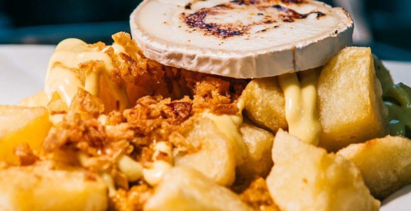 Patatas bravas con carne picada y rulo de cabra de Popeye de Chiclana