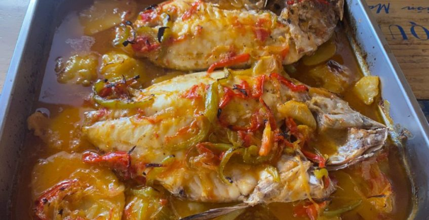 Pescado al horno con verduras y patatas de La Esquina de Pedro de El Puerto