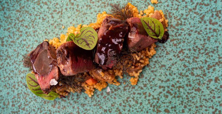 Pluma ibérica con anticucho y cuscús de cítricos de El Espejo de Sanlúcar