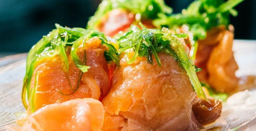 Rollito de salmón relleno de tartar de atún de Popeye de Chiclana