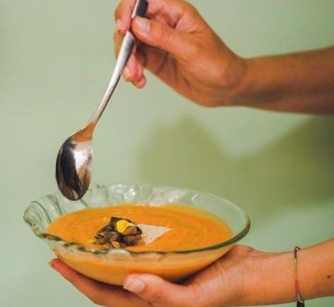 Salmorejo de melocotón, sardina y queso de El Árbol Tapas de Chiclana