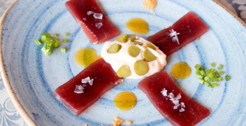 Sashimi de atún con yema de huevo y salsa picante, en la Venta Pinto de Vejer