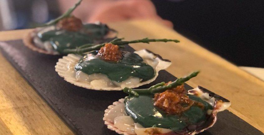 Sashimi de vieira, tartar de su coral, ajillo cremoso de espirulina, salicornia y salsa Xo de Arrebol de Cádiz