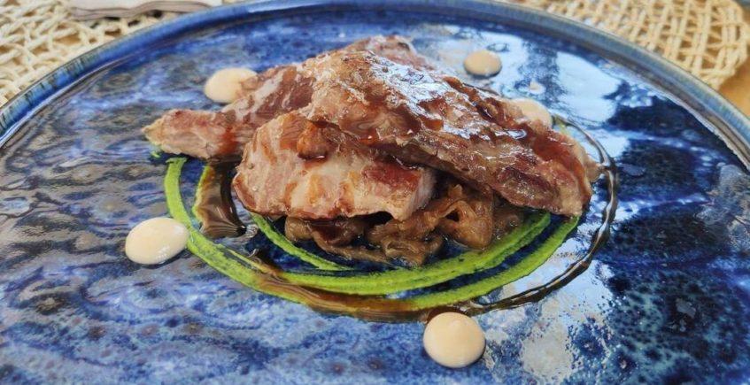 Secreto ibérico a baja temperatura, puré de apionabo, mostaza verde, compota de pera y jugo de carne de Rame de El Puerto