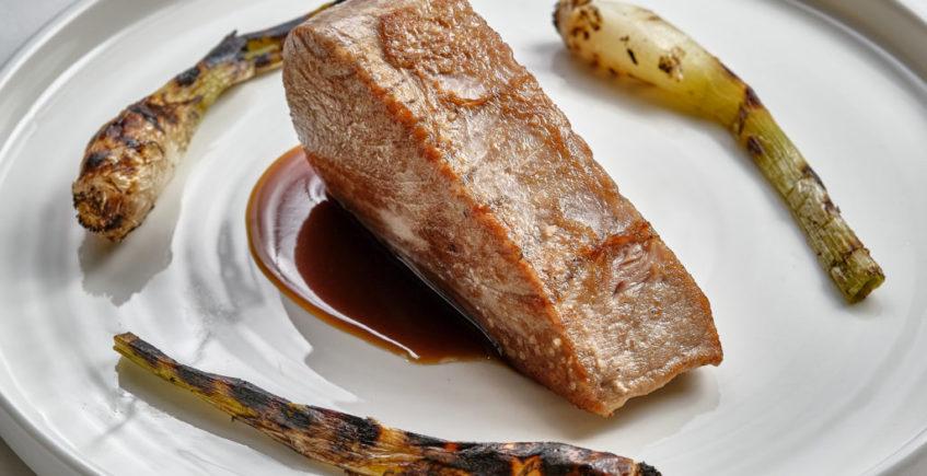 Solomillo de atún rojo salvaje de almadraba a la plancha, su salsa al amontillado y cebolletas asadas de El Faro de Cádiz