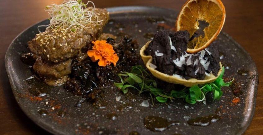 Solomillo de jabalí con pipián, acompañados de chiles toreados, frijoles refritos al ajo y agar agar de oloroso de Jerez de Xuúmil de Jerez