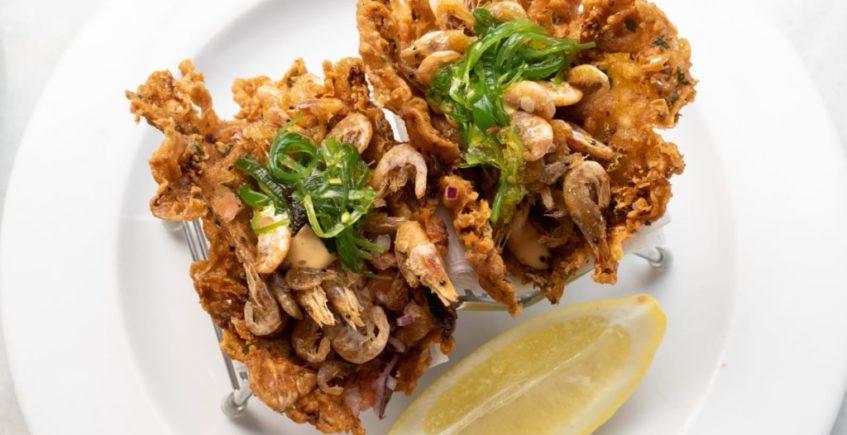 Taco de camarones fritos con pico de gallo y salsa kimuchi de La Marea