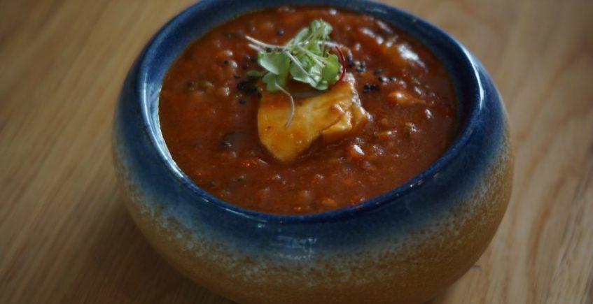 Taco de pargo confitado en una fritada de tomates de Conil con toques peruanos de La Barra