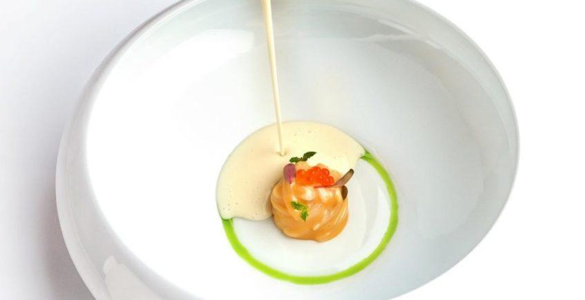 Tallarín de calamar, emulsión de cordero con gazpachuelo de anguila ahumada a la yerbabuena de Mantua de Jerez