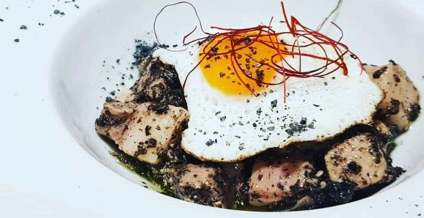 Taquito de tarantelo de atún. Atún rojo de Almadraba, huevo de codorniz y trufa en La Marmita de Cádiz