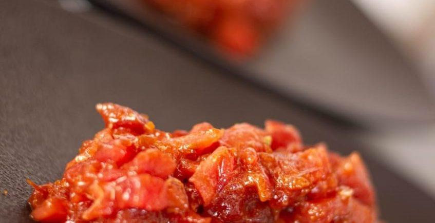 Tartar de descargamento, majao de tomate de Conil, Payoyo y albahaca (hecho en mesa) de Viu de Barbate