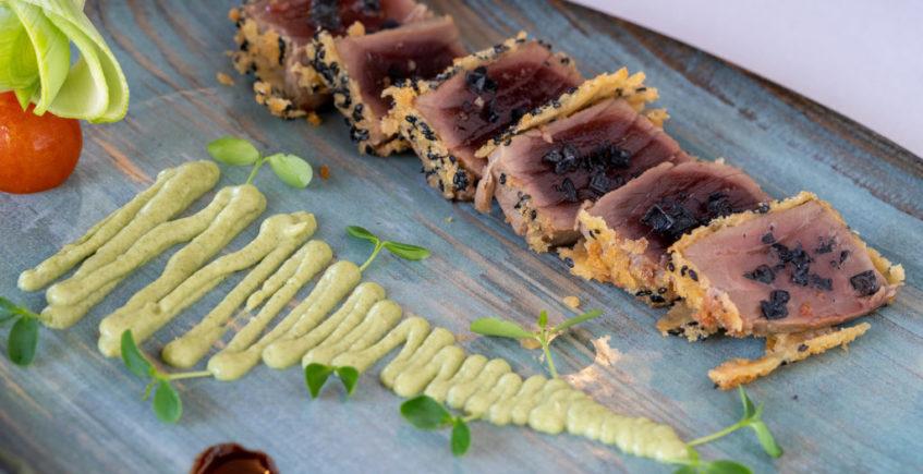 Tataki de atún envuelto en panko y sésamo negro de la Venta Pinto de Vejer