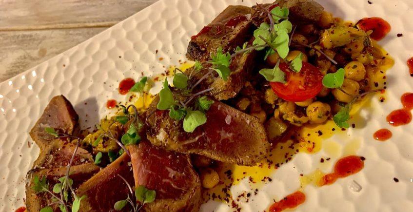Tataki de presa ibérica sobre ensalada india de garbanzos de 4 Estaciones de Vejer