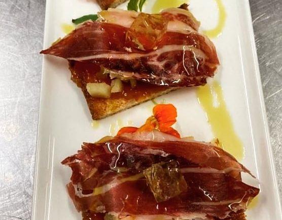 Tosta de foie hecho en casa con manzana sableada, jamón y gelatina de moscatel de Chipiona sobre pan de mollete andaluz en El Faro de El Puerto