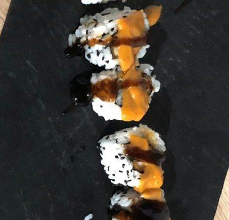 Uramaki de pollo frito y cheddar de Paralelo 38 de Conil