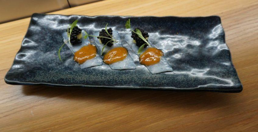 Usuzukuri de Calamar de potera, con su guiso y soasado en aceite de jengibre, estragón y salsa ponzu en La Barra de Rosario de Conil