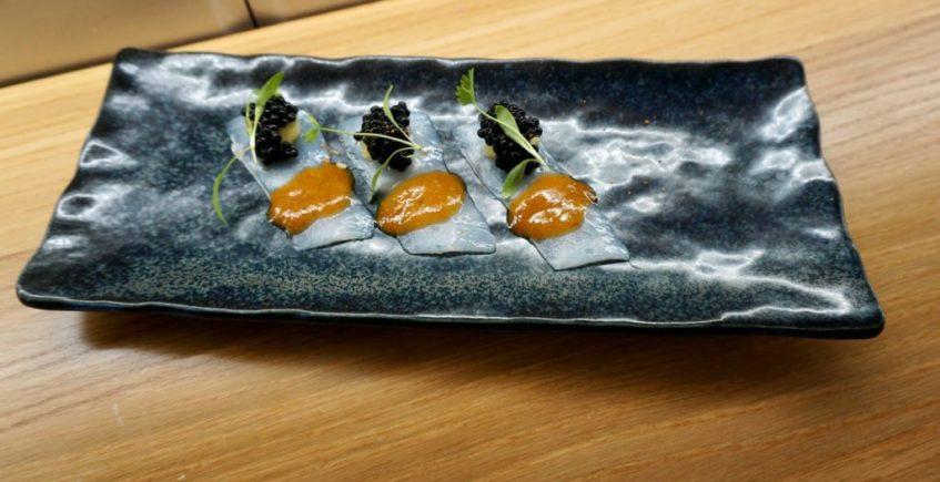 Usuzukuri de calamar de potera, con su guiso y soasado en aceite de jengibre, estragon y salsa ponzu en La Barra de Rosario
