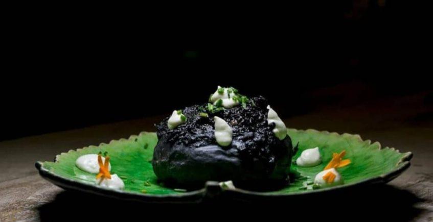 Versión del bocata de chipirones, Bao buns de chipirones en su tinta y mayonesa de ajos tostados de El Arbol Tapas de Chiclana