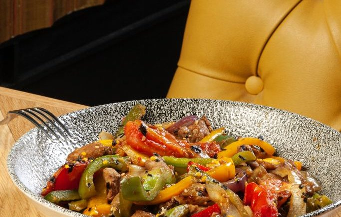Wok de lagarto ibérico con verduras, patatas fritas y salsa peruana de Musalima de Cádiz