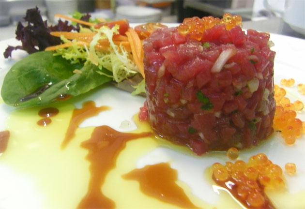 El tartar de atún es uno de los platos que integran el menú. Foto: Cosasdecome