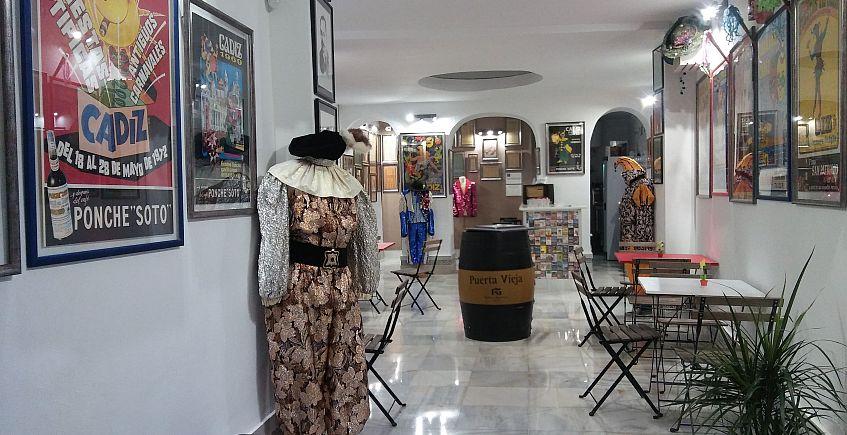Un pequeño Museo del Carnaval donde hay un bar