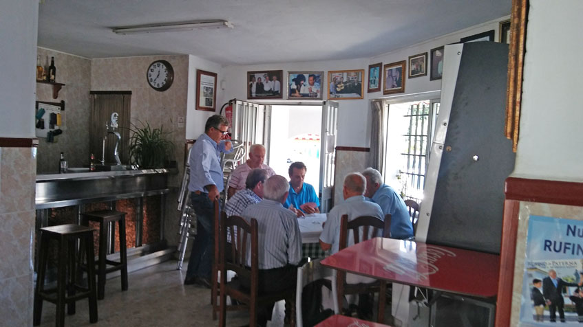 Vista interior del Bar Rufino. Unos parroquianos juegan a las cartas en una de las mesas del pequeño local. Foto: Cosasdecome
