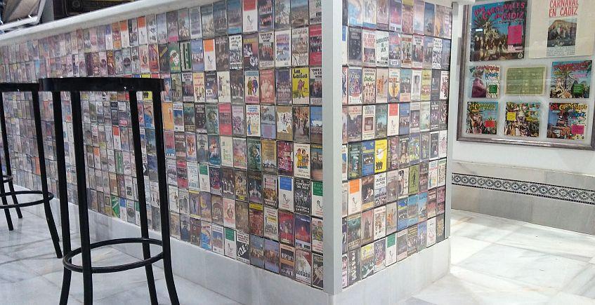 La barra está formada por casi 600 cintas de casette.